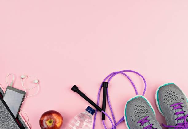 fitness sport equipment and accessories on pink background - attrezzatura per esercizi foto e immagini stock