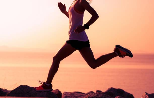 Fitness-Sportlerin auf sonnigen Küste – Foto