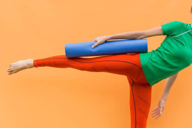 Menina desportiva da aptidão com esteira da ioga - foto de acervo