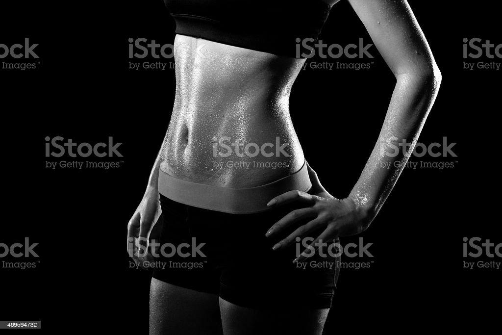 Fitness suando mulher em fundo preto. - foto de acervo
