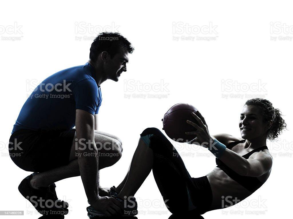 Entrenador de ejercicios ayuda a las mujeres con pelota de ejercicio - foto de stock