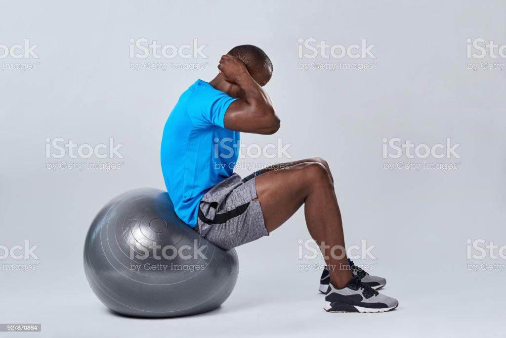 Fitness-Trainer bei der Pilates Ball Ausübung – Foto