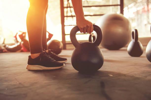 Entrenamiento con kettlebells en gimnasia del deporte. - foto de stock