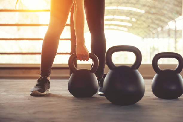 entrenamiento con kettlebells en gimnasia del deporte. - pesa rusa fotografías e imágenes de stock