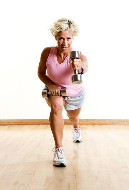 Gimnasio: Tríceps estén muy bien cuidados, hombros y los muslos - foto de stock
