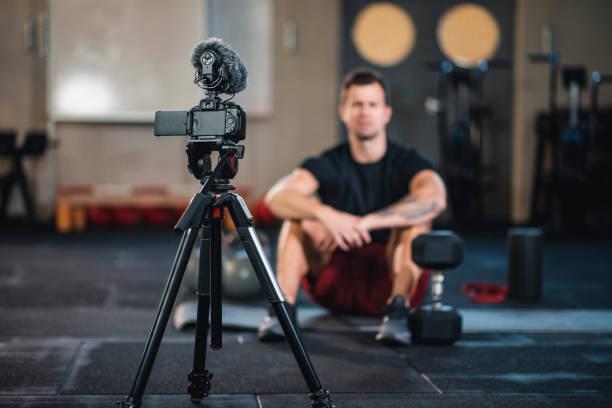 Fitness Vlogger macht ein Video von sich selbst im Fitnessstudio – Foto