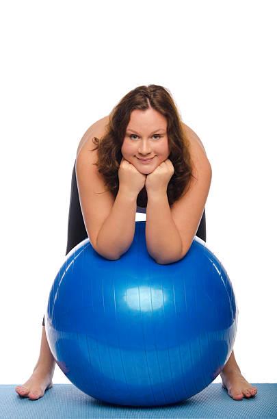 fitness mit einem großen ball - damen leggings übergrößen stock-fotos und bilder