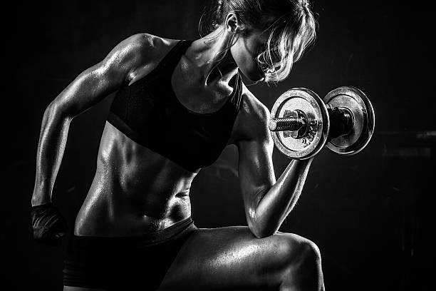 gimnasio con pesas  - culturismo fotografías e imágenes de stock