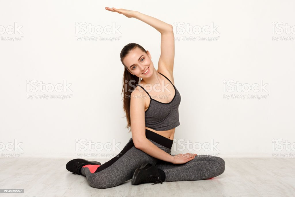 Fitness-Frau bei Dehnung training drinnen Lizenzfreies stock-foto