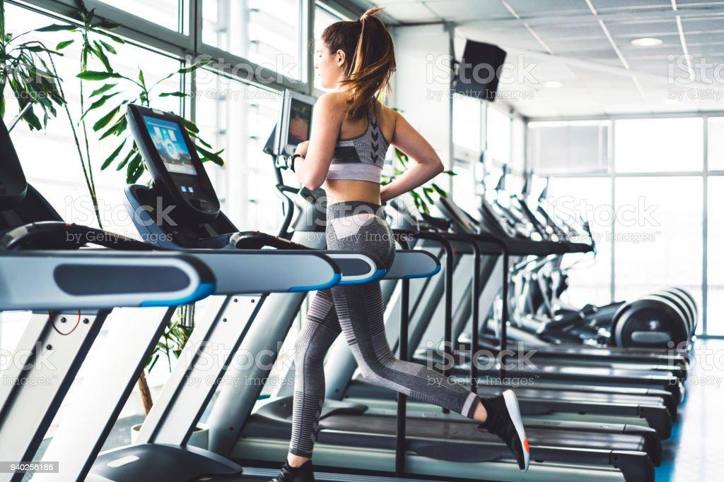Fitness-Frau eine Herz-Sitzung auf einem Laufband zu tun – Foto