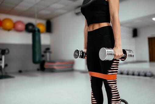 Foto de Mulher De Aptidão A Fazer Os Exercícios Com Pesos e mais fotos de stock de Academia de ginástica
