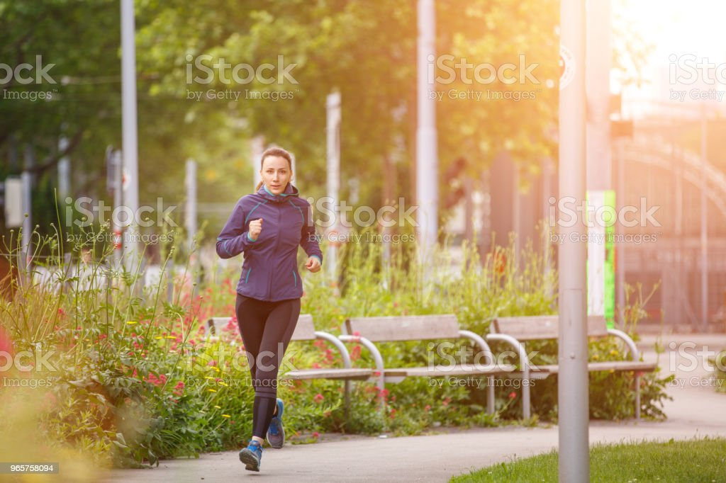 Fitness woman jogging in park in the sunny morning - Royalty-free Adulto Foto de stock