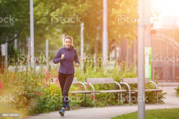 Fitness Woman Jogging In Park In The Sunny Morning - Fotografias de stock e mais imagens de Adulto