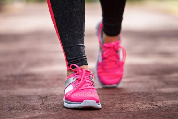 fitness frau joggen - gewicht schnell verlieren stock-fotos und bilder