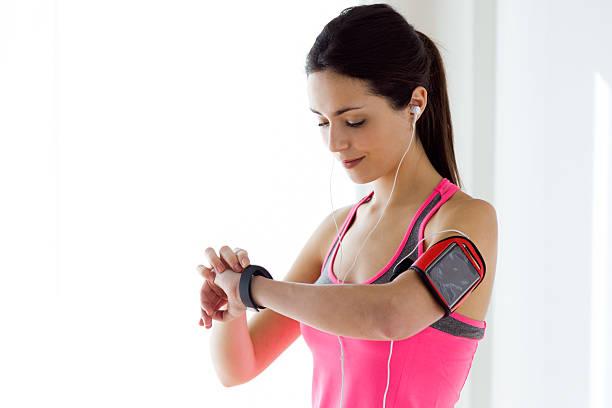 remise en forme femme regardant sa montre intelligente - chrono sport photos et images de collection
