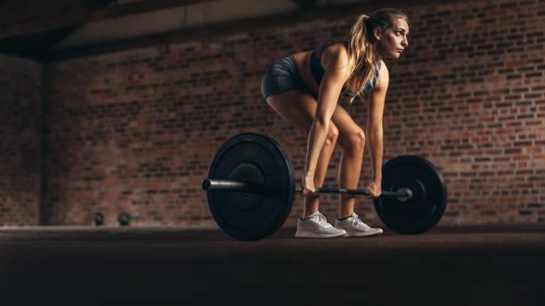 Fitness-Frau Gewichtheben Übung im Fitnessstudio – Foto