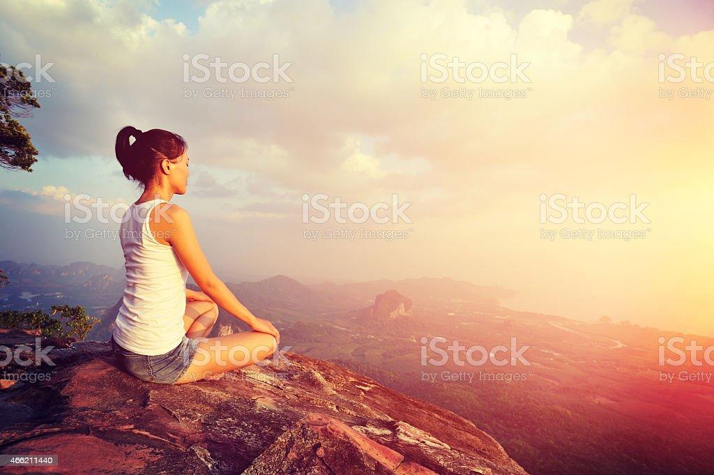 fitness kobieta ćwiczenia jogi szczycie góry cliff – zdjęcie