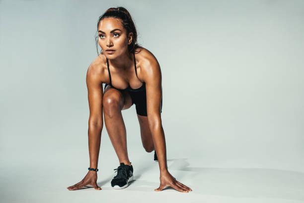 fitness woman ready for competition - corsa su pista femminile foto e immagini stock
