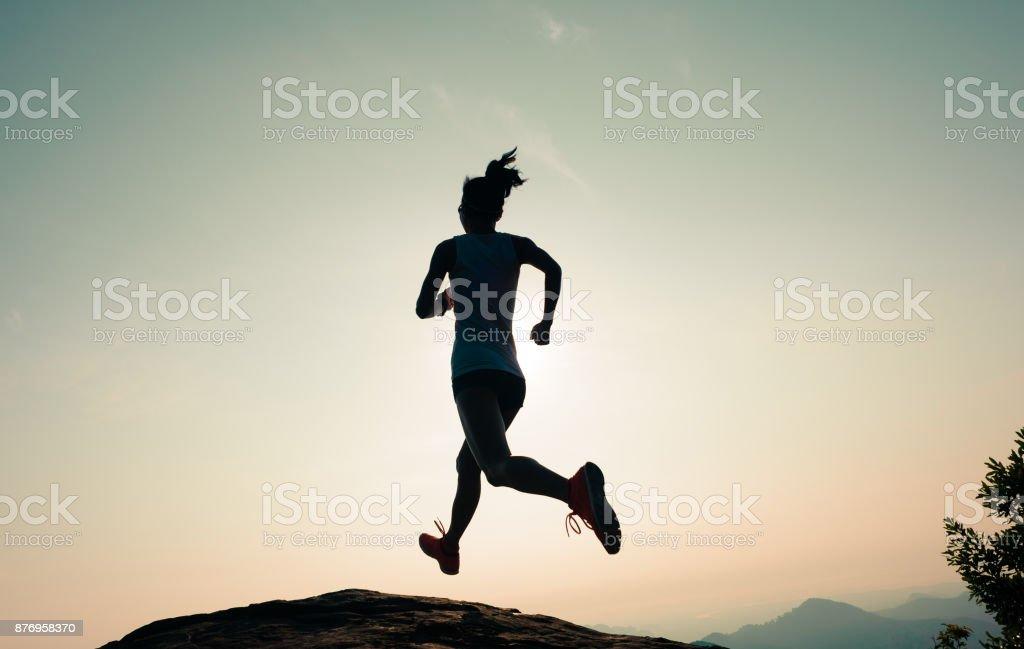 Fitness Frau Läufer laufen auf Sunrise Mountain Oberkante – Foto