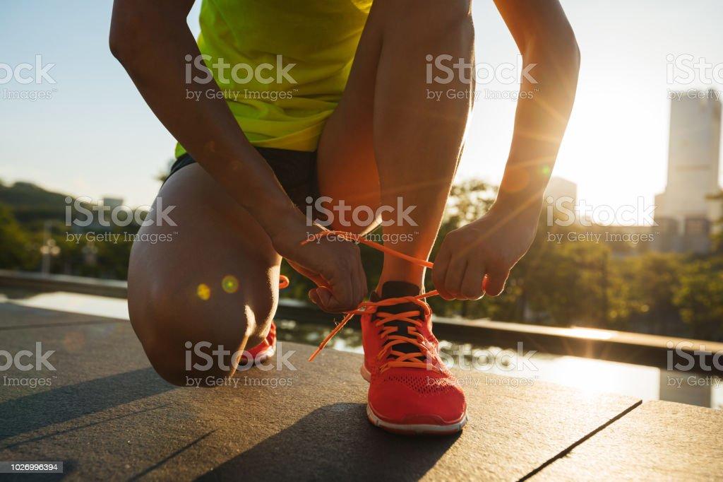 Fitness Frau Läufer Schnürsenkel zu binden, vor dem Ausführen auf Stadt – Foto