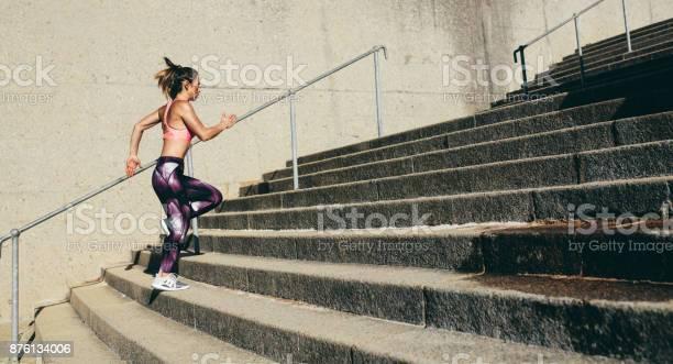 Fitnessfrau Unter Schritte Stockfoto und mehr Bilder von Aktiver Lebensstil