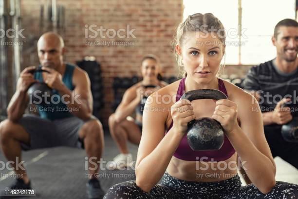 Fitnessfrau Hocken Mit Wasserkocher Glocke Stockfoto und mehr Bilder von Anstrengung