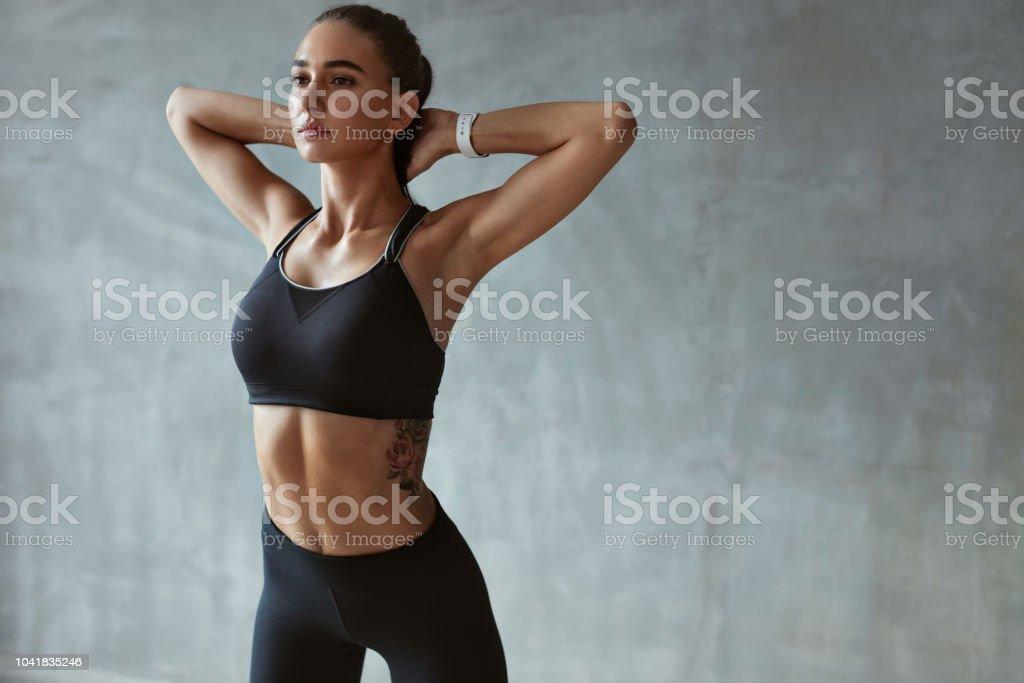 Fitness Woman Stretching Arms In Stylish Black Sport Clothes - Zbiór zdjęć royalty-free (Biustonosz)