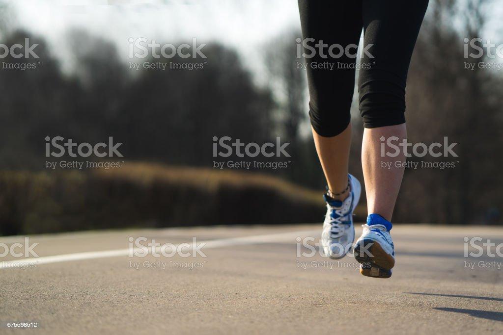Femme fitness formation et jogging dans le parc du printemps, pieds en gros plan. Healthy lifestyle et sport concept photo libre de droits