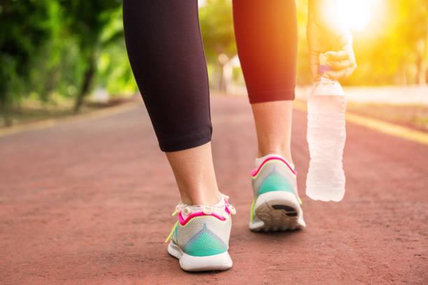 fitness-frau, ausbildung und joggen im sommerpark - gewicht schnell verlieren stock-fotos und bilder