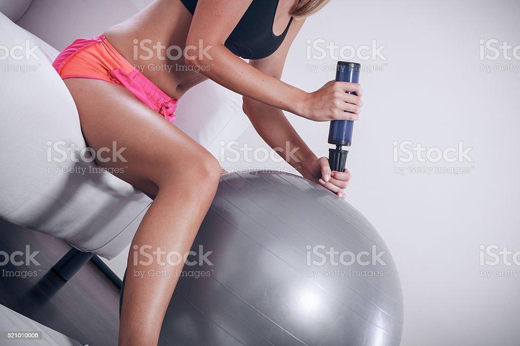 Fitness Frau mit air pump Aufblasen fit-ball – Foto