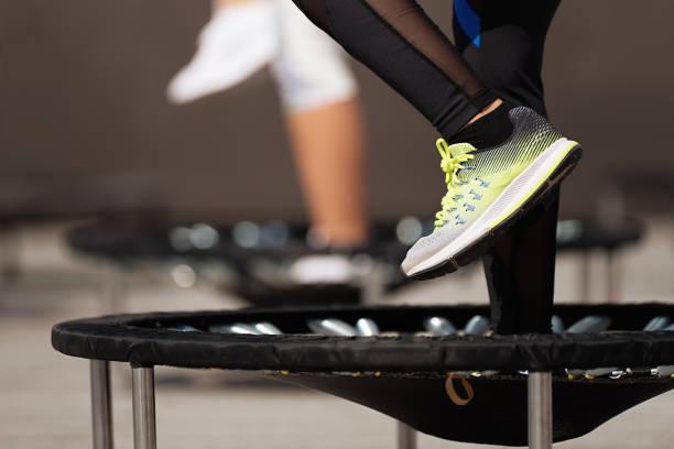 mujeres fitness saltando en camas elásticas pequeñas - trampolín artículos deportivos fotografías e imágenes de stock