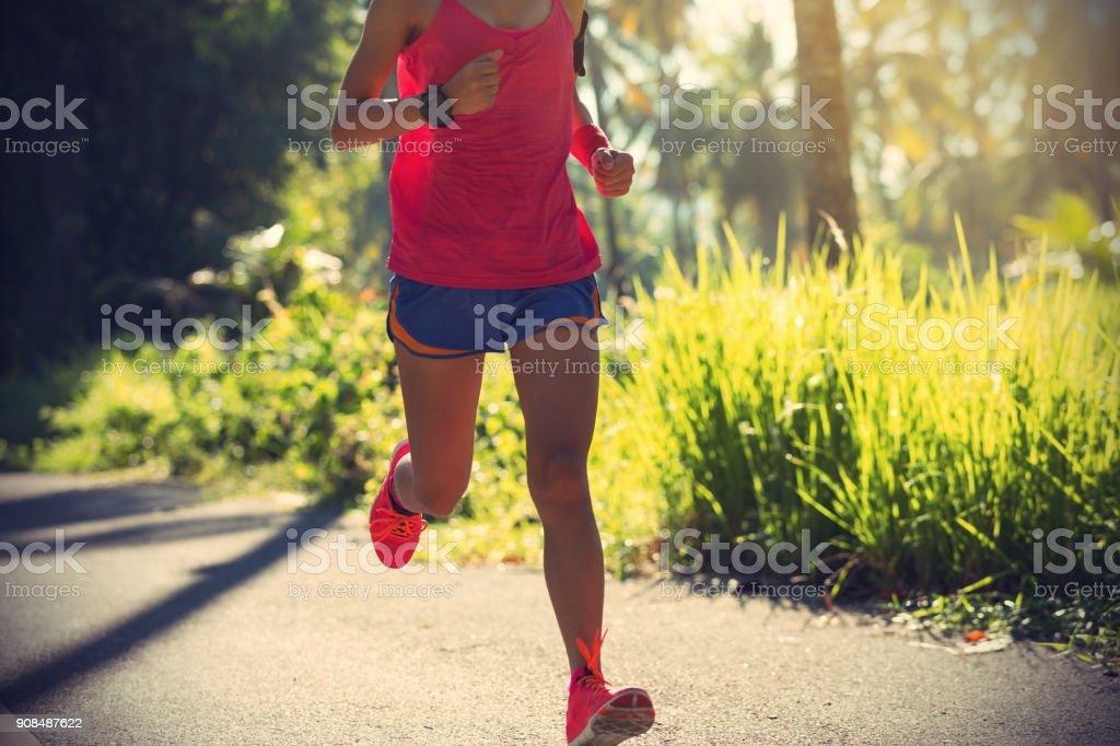 Fitness Mädchen laufen auf morgen tropische Waldweg – Foto