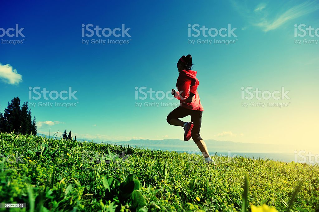 fitness young woman trail runner running on beautiful mountain peak foto royalty-free