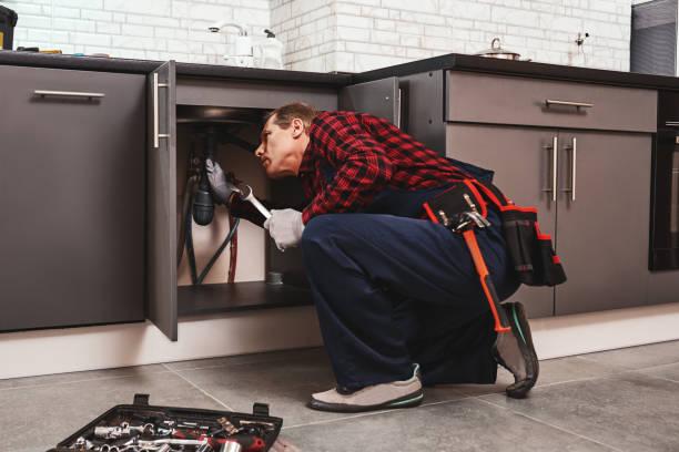 reparación de racores con llave. seniour handyman reparación de lavabo - fontanero fotografías e imágenes de stock