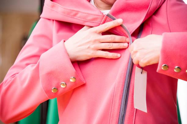 passende softshell mantel in einem geschäft. - modedetails stock-fotos und bilder