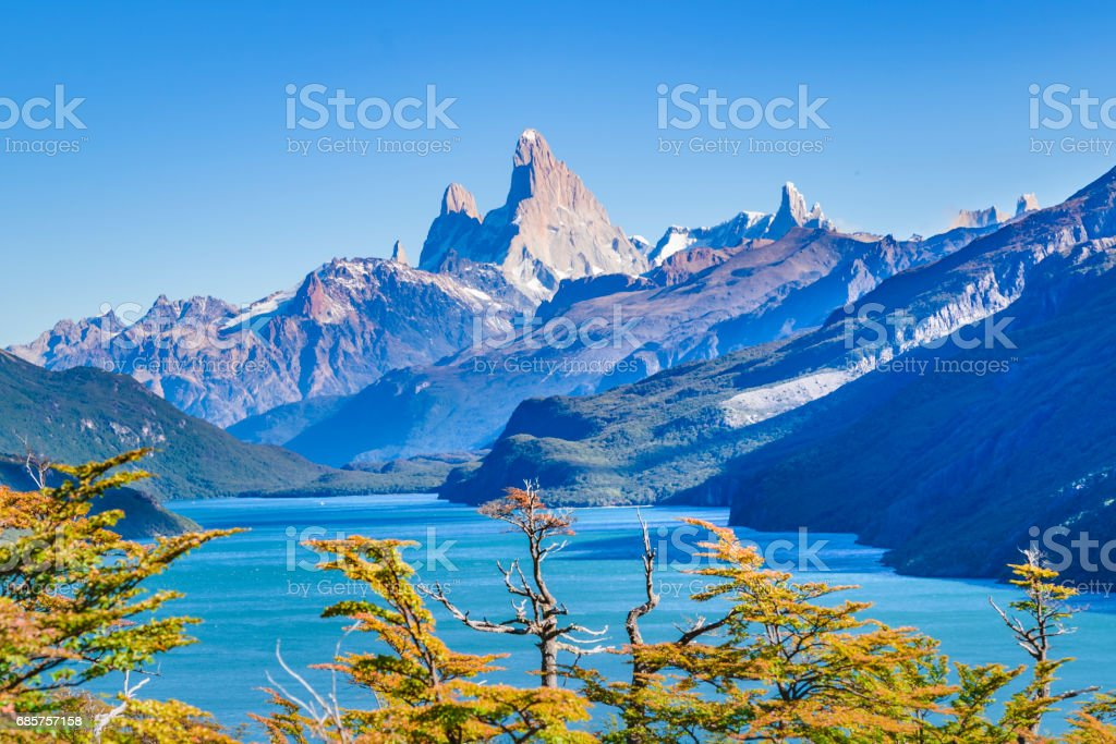 Fitz Roy and Poincenot Mountain Lake View - Patagonia - Argentina foto stock royalty-free