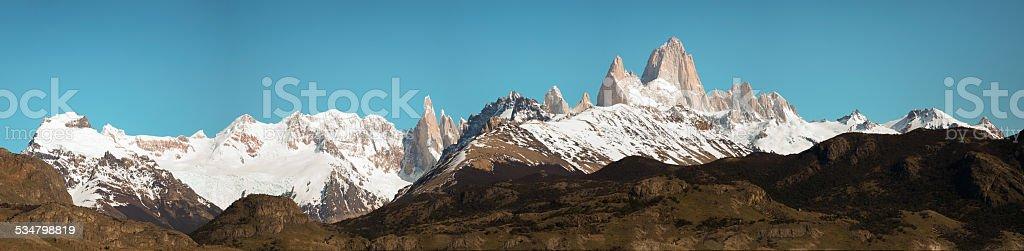 fitz roy, argentina chalten vista panorámica de las montañas - foto de stock
