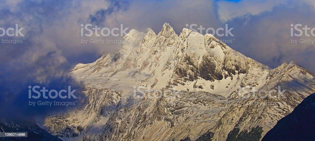 Cinco irmãos - montanhas enevoadas de Andes, Ushuaia - Tierra Del fuego, Argentina - foto de acervo