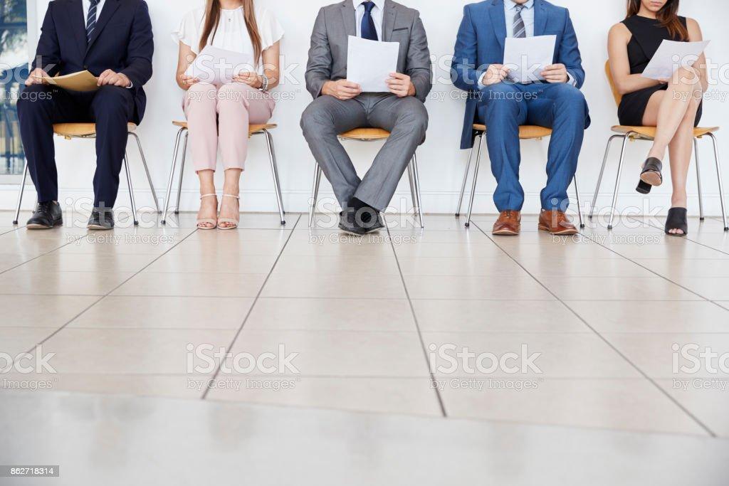 Fünf Kandidaten warten auf Vorstellungsgespräche, Vorderansicht, Ernte – Foto