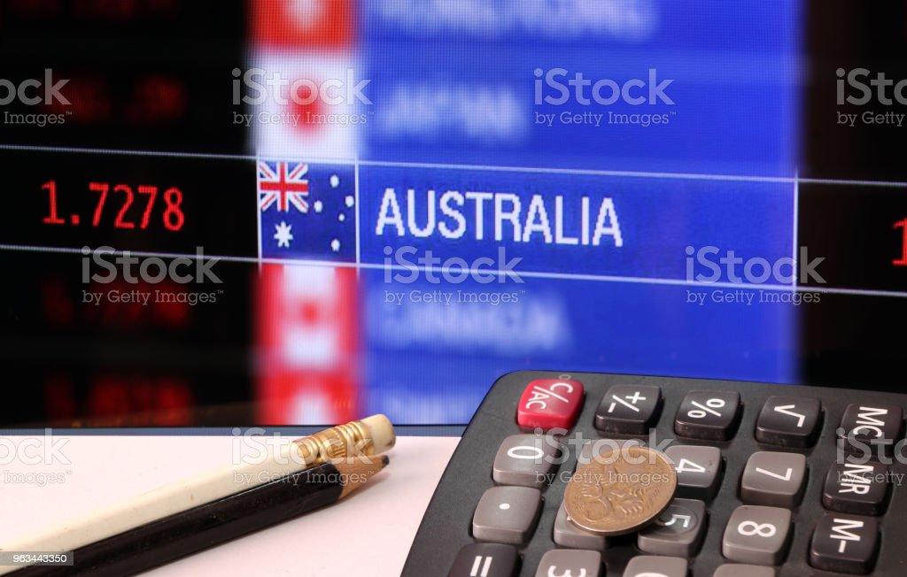 Beş kuruş para hesap makinesi beyaz zemin ve Döviz Alım Satım para arka plan dijital tahta kalemleri ile Avustralya. - Royalty-free Avustralya Stok görsel