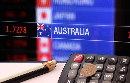Beş Kuruş Para Hesap Makinesi Beyaz Zemin Ve Döviz Alım Satım Para Arka Plan Dijital Tahta Kalemleri Ile Avustralya Stok Fotoğraflar & Avustralya'nin Daha Fazla Resimleri