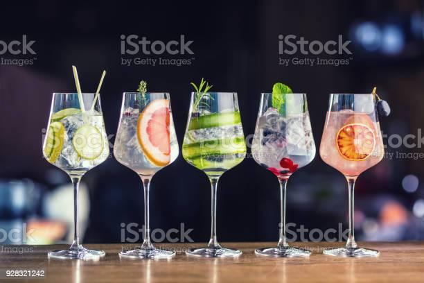 Vijf Kleurrijke Gin Tonic Cocktails In Wijnglazen Op Toog In Pup Of Restaurant Stockfoto en meer beelden van Alcohol