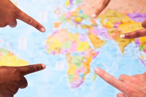 fünf finger aus afrika auf weltkarte - 5 kontinente stock-fotos und bilder