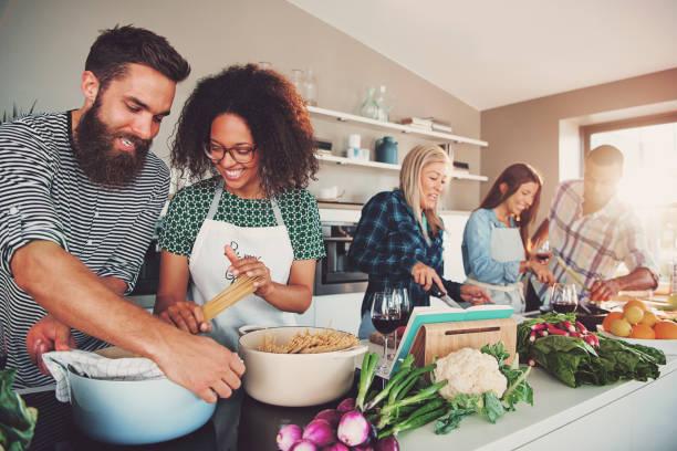 fünf freunde kochen - küche aus paletten stock-fotos und bilder