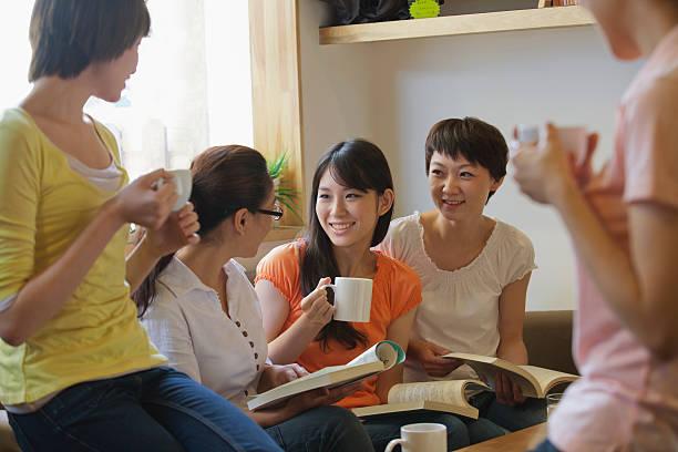 5 つのラウンジで、ご友人とのコーヒーショップや読書、説明する ストックフォト