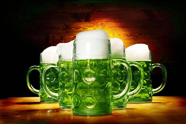 Fünf Grün Biergläser auf der Holztisch – Foto
