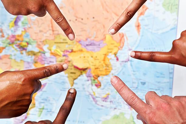 fünf hände geben sie zentralasien auf der weltkarte - 5 kontinente stock-fotos und bilder