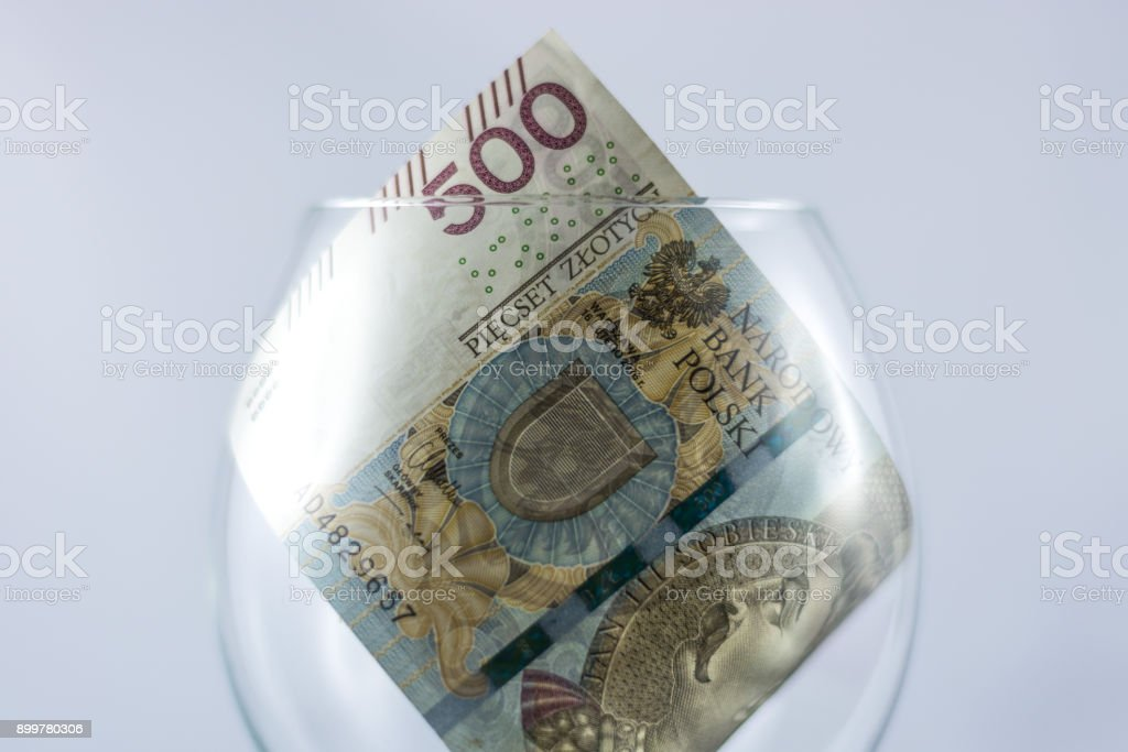Five hundred Polish zlotys inside the wine glass – zdjęcie