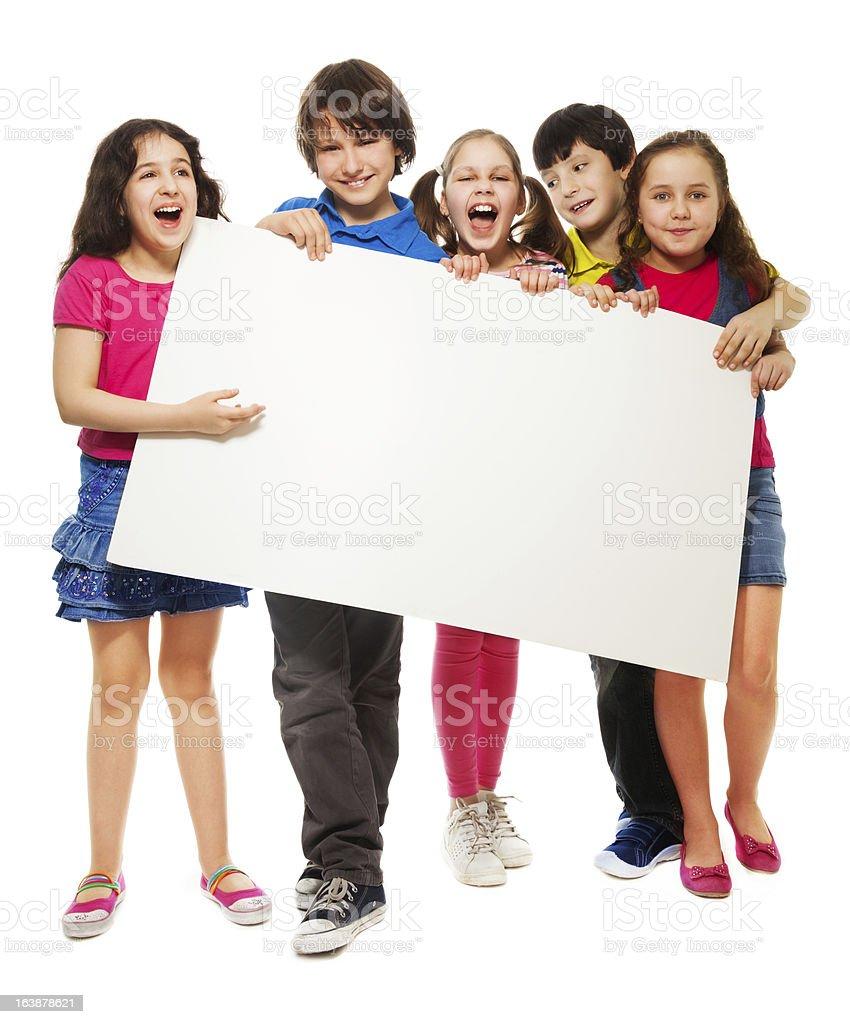 Cinco crianças mostrando em branco, bordo - foto de acervo