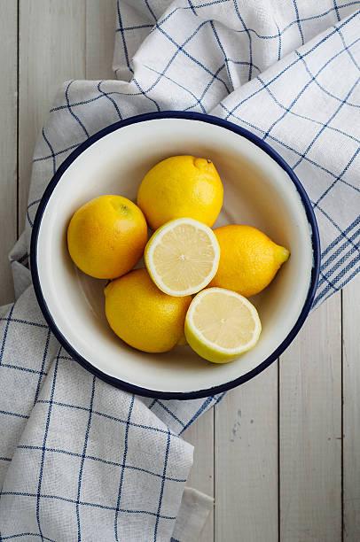 Five lemons in white bowl – Foto